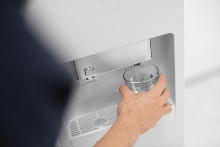 Como os bebedouros com sensor podem evitar a contaminação?